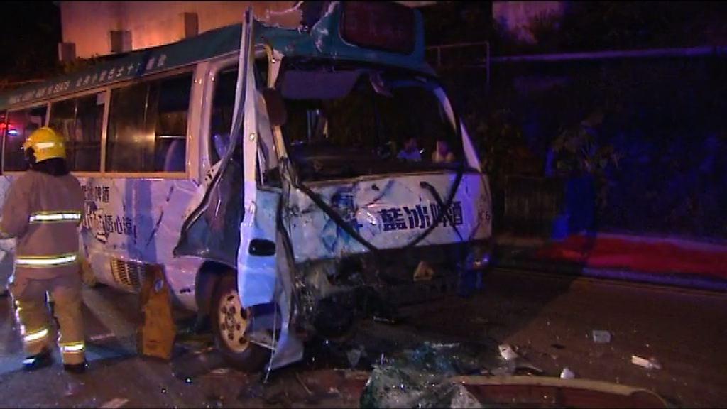 西貢小巴撞工程車釀12傷