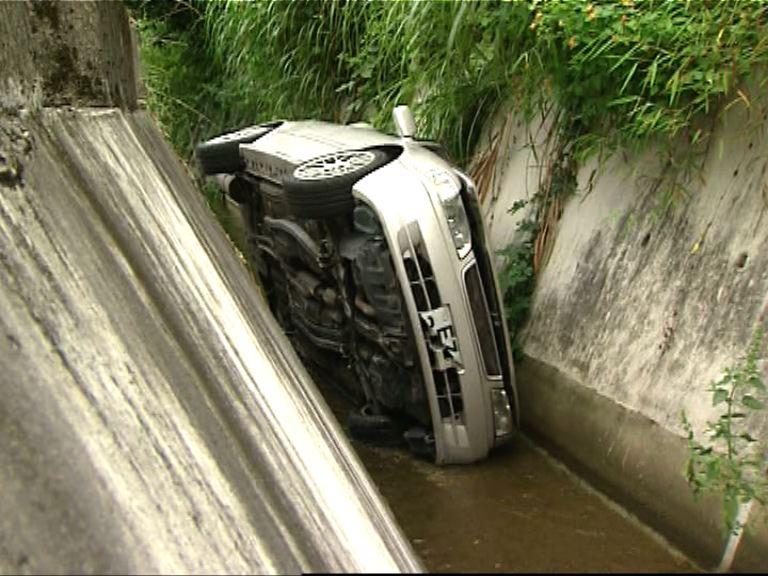 西貢私家車墮引水道3人傷