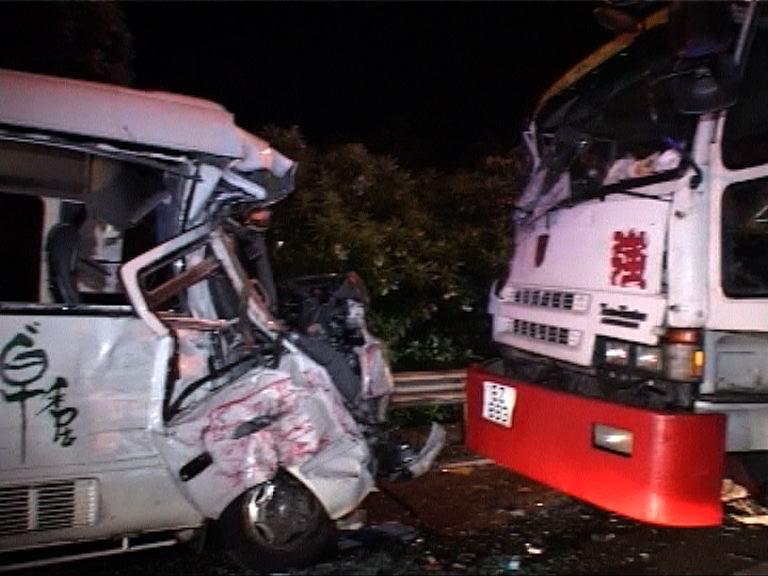 西貢村巴與工程車相撞五人傷