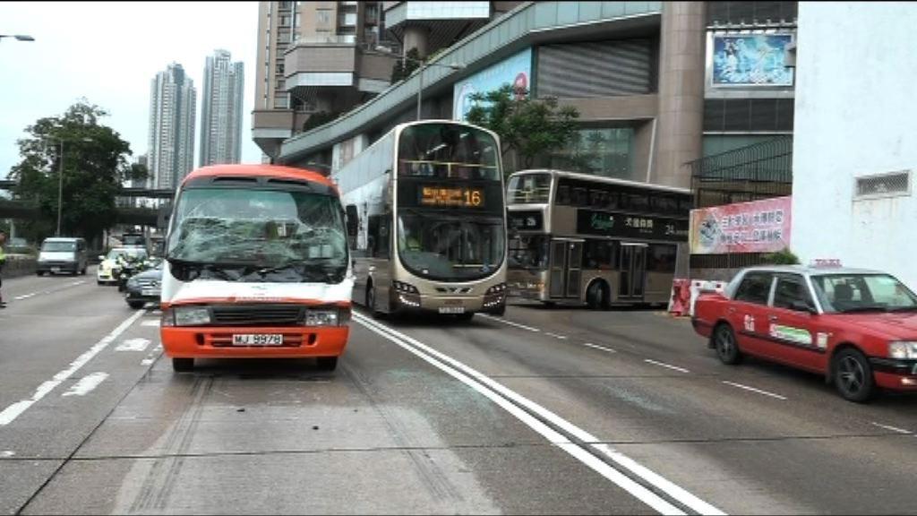 新蒲崗學童小巴貨車相撞兩傷