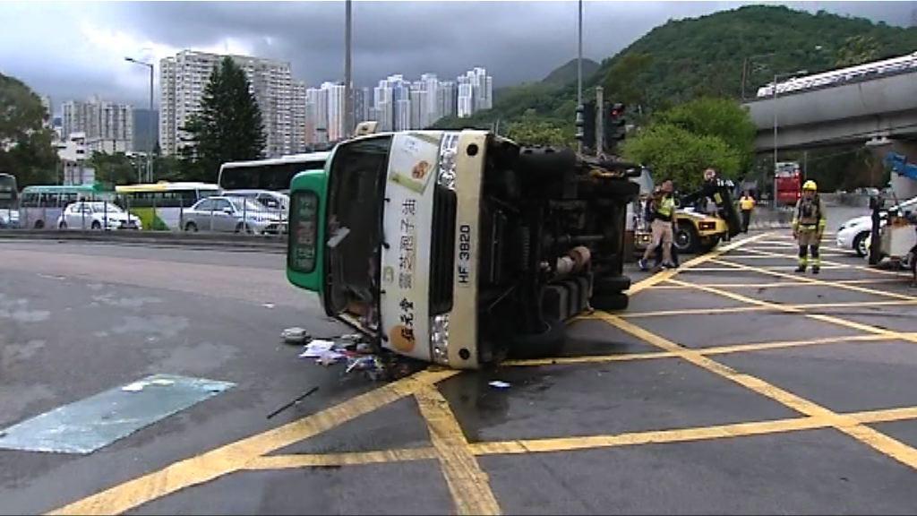 沙田巴士與小巴相撞釀十人傷