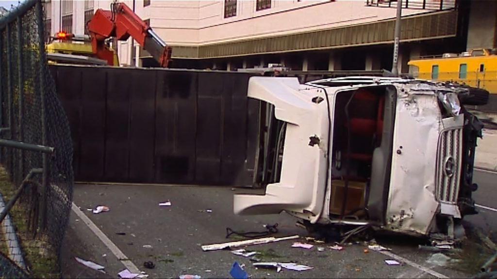 沙田大埔公路貨車翻側司機輕傷