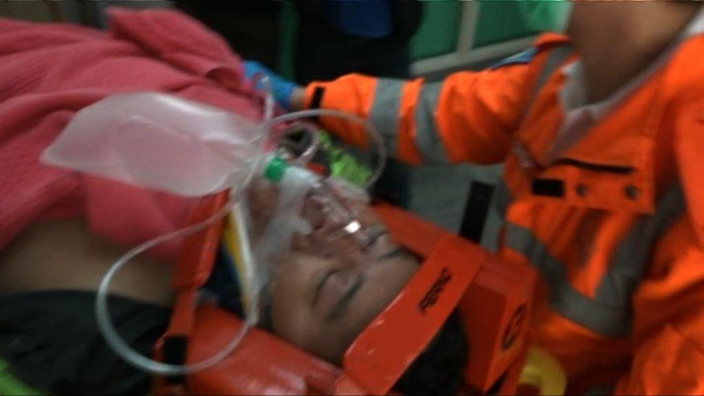 大潭道電單車與的士相撞兩人傷