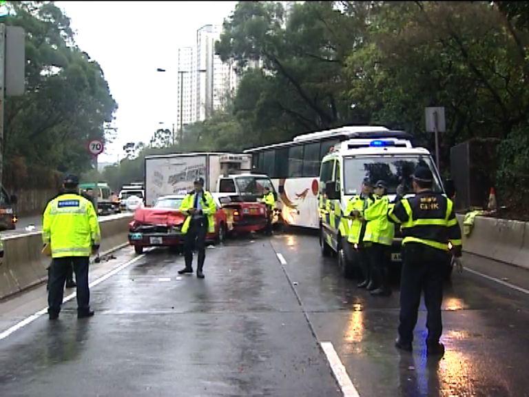 將軍澳隧道公路七車相撞四人傷
