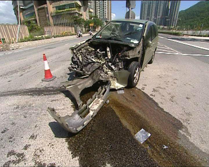 將軍澳發生驚險車禍兩人傷