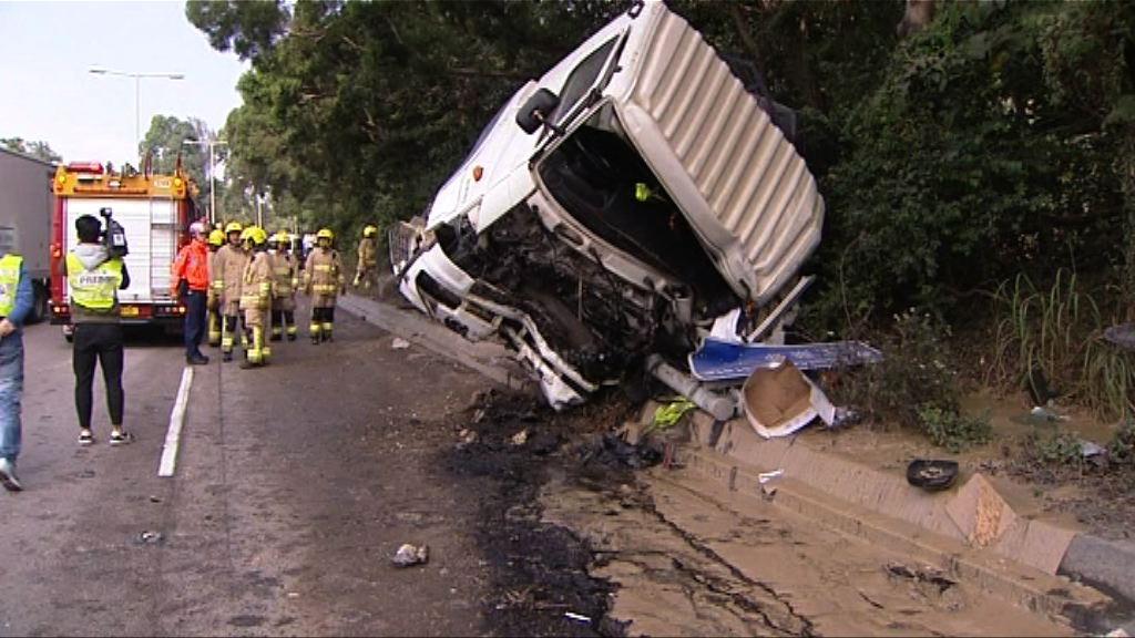 貨車環保大道翻側司機受傷