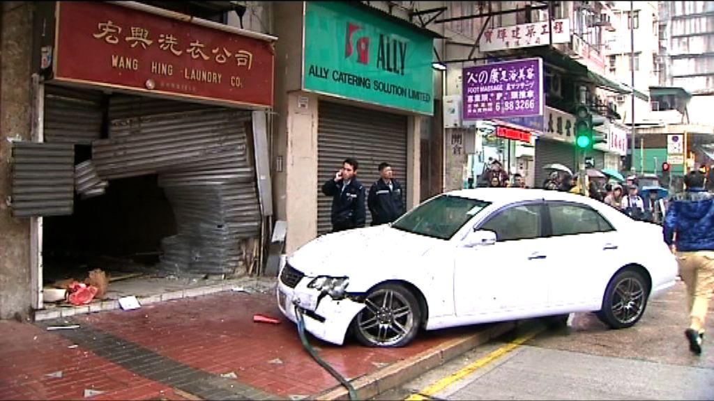 私家車失控剷上行人路無人傷