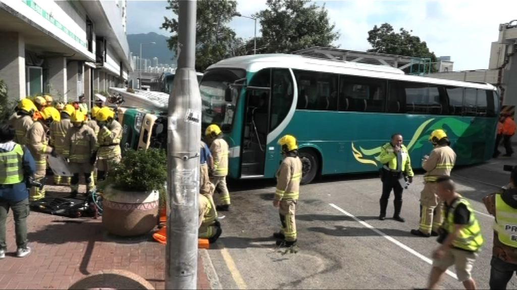 土瓜灣旅遊巴疑撞翻貨車 司機協助調查