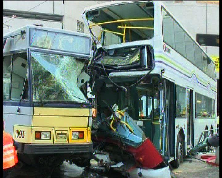 屯門輕鐵與巴士相撞19人傷