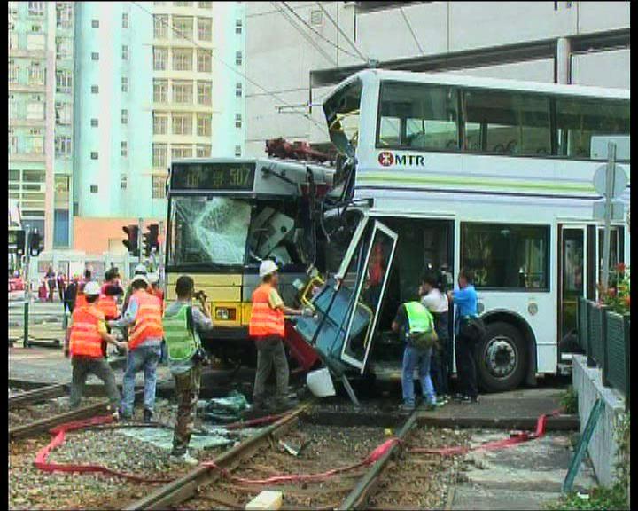 屯門輕鐵與巴士相撞20人傷
