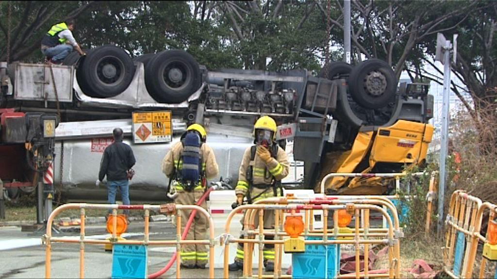 青衣運油車失事翻轉司機受傷