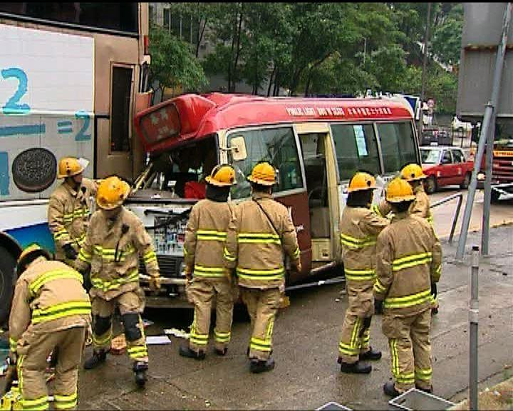 荃灣青山公路小巴巴士相撞小巴司機傷
