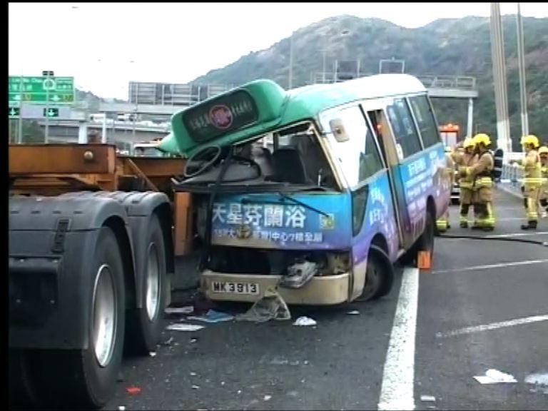 汀九橋小巴與貨櫃車相撞九人傷