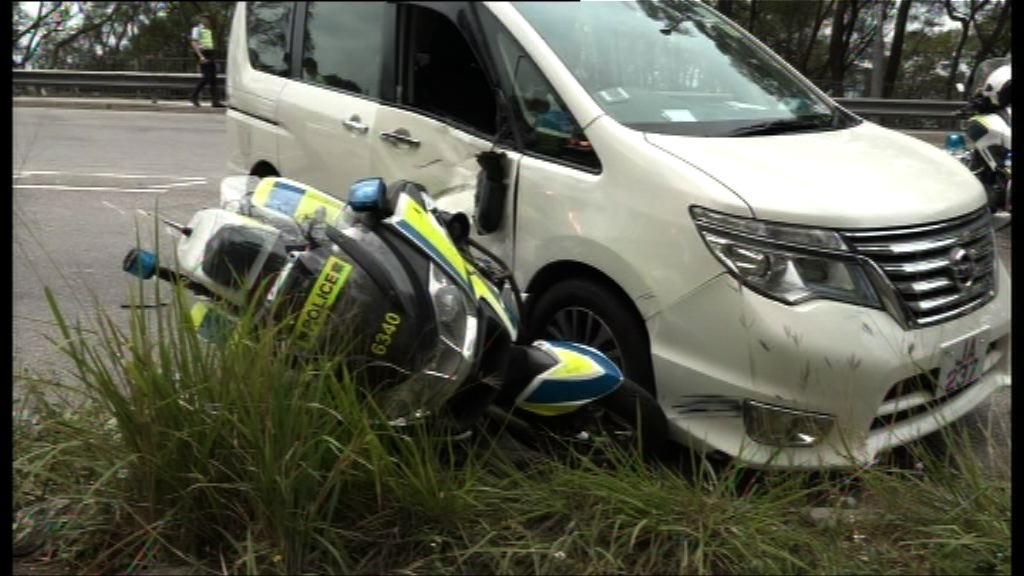 青衣警察電單車與私家車相撞兩傷