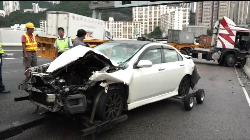 青葵公路私家車與貨櫃車相撞兩傷