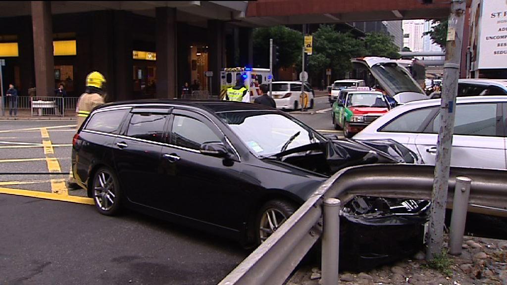 灣仔兩私家車相撞七人受傷