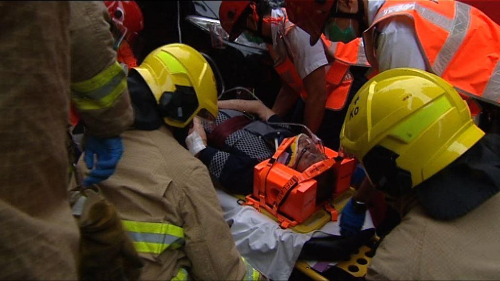 西環一名長者遇車禍被困車底受傷
