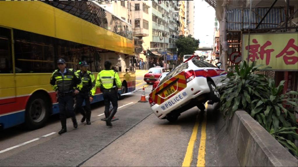 西區警車與兩的士相撞剷上石壆