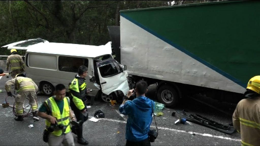 油麻地兩車相撞客貨車司機受傷被困