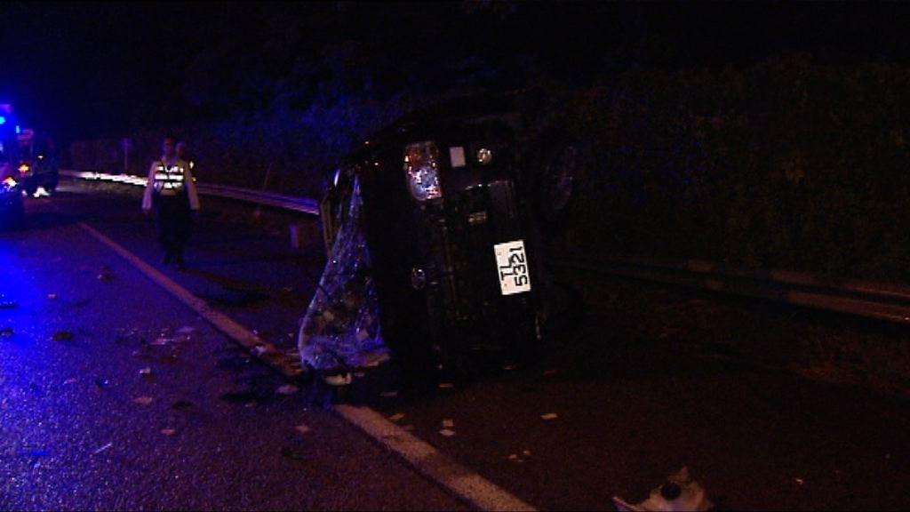 八鄉客貨車撞欄翻側四人傷