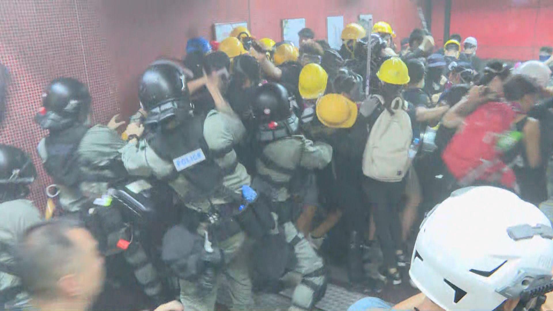 防暴警與示威者太古站電梯混戰 多人被捕