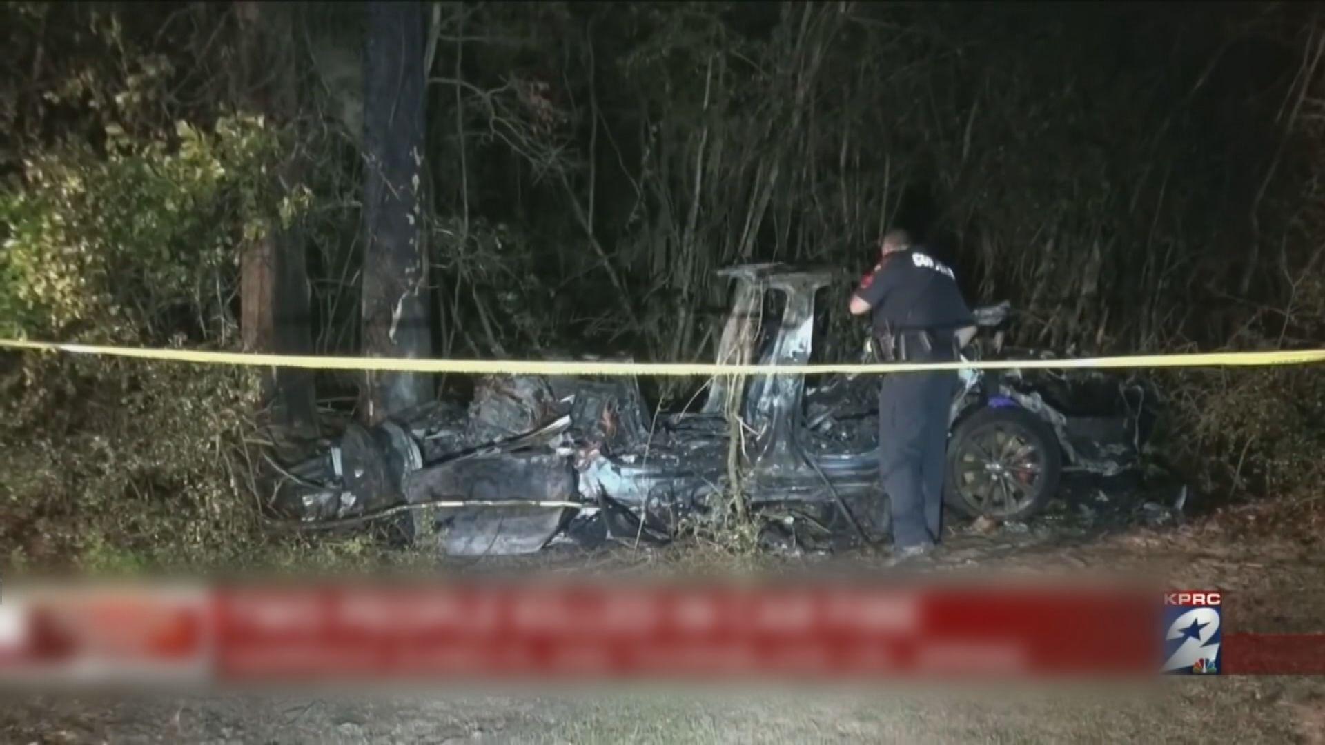 Tesla疑啟動無人駕駛後失控撞樹起火 兩人亡