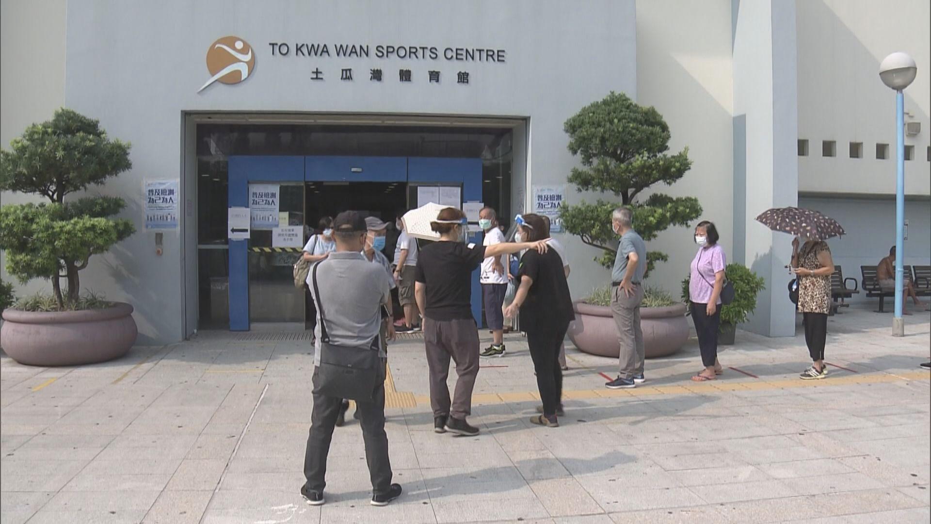 土瓜灣體育館有不少人沒有預約 排隊做普及社區檢測