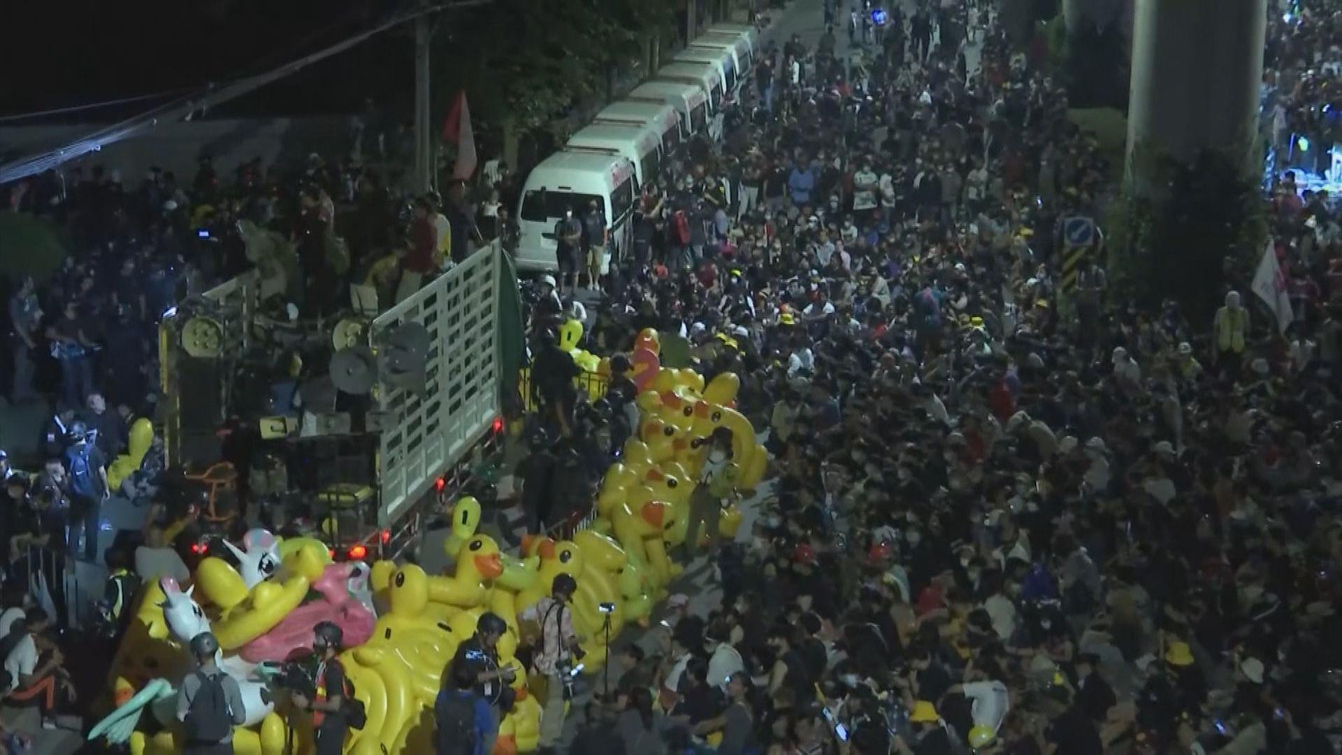 泰國反政府示威者到軍營外抗議
