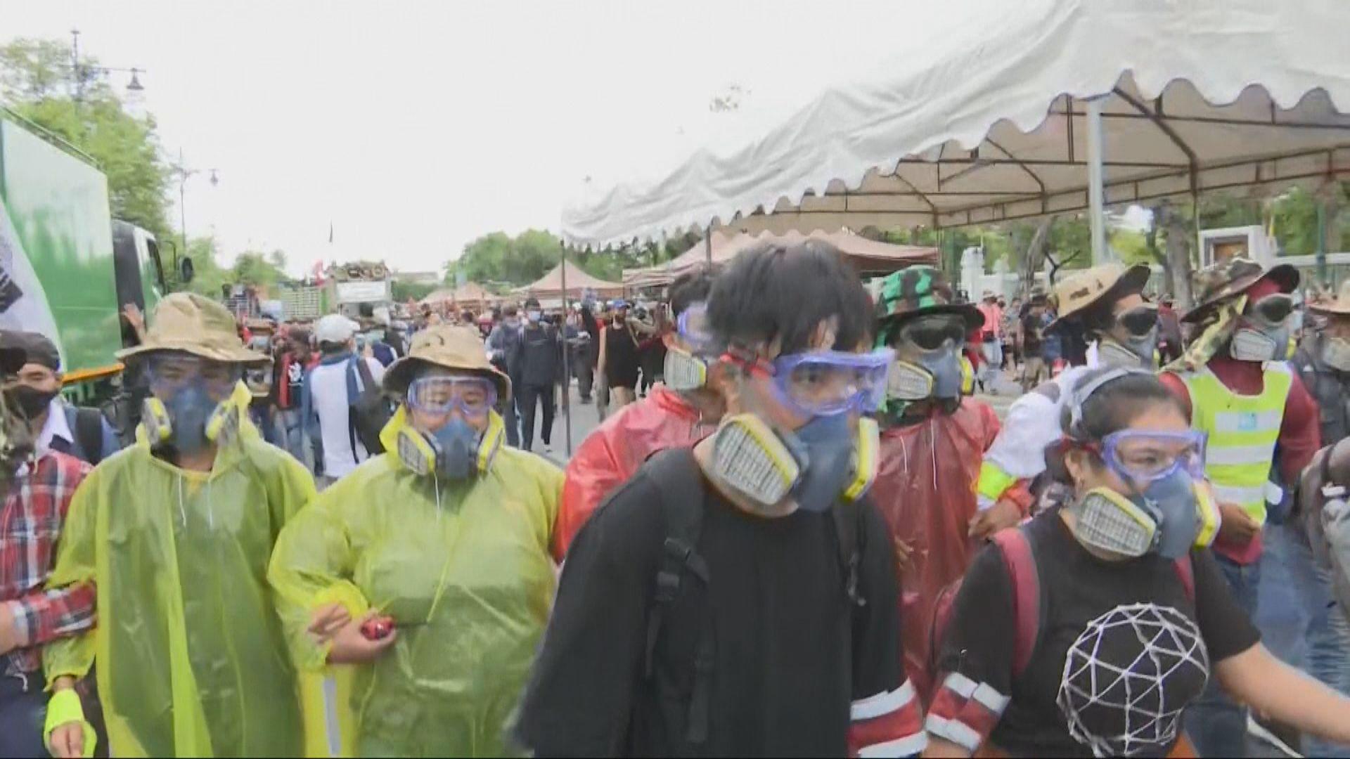 泰國曼谷再有大型反政府示威 部分人戴防毒面罩或頭盔