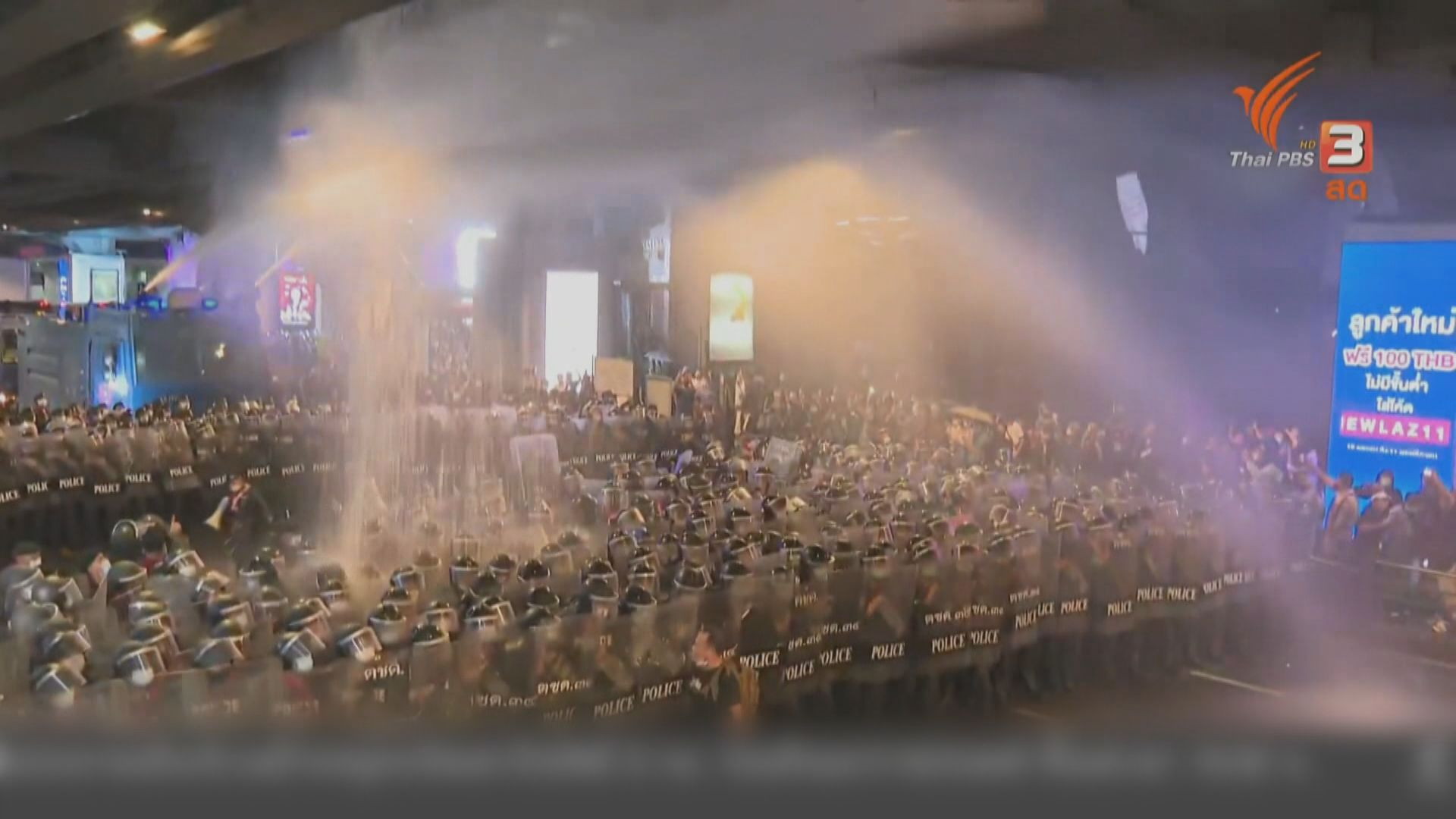 泰國警方出動水炮車驅散 示威者築起雨傘陣