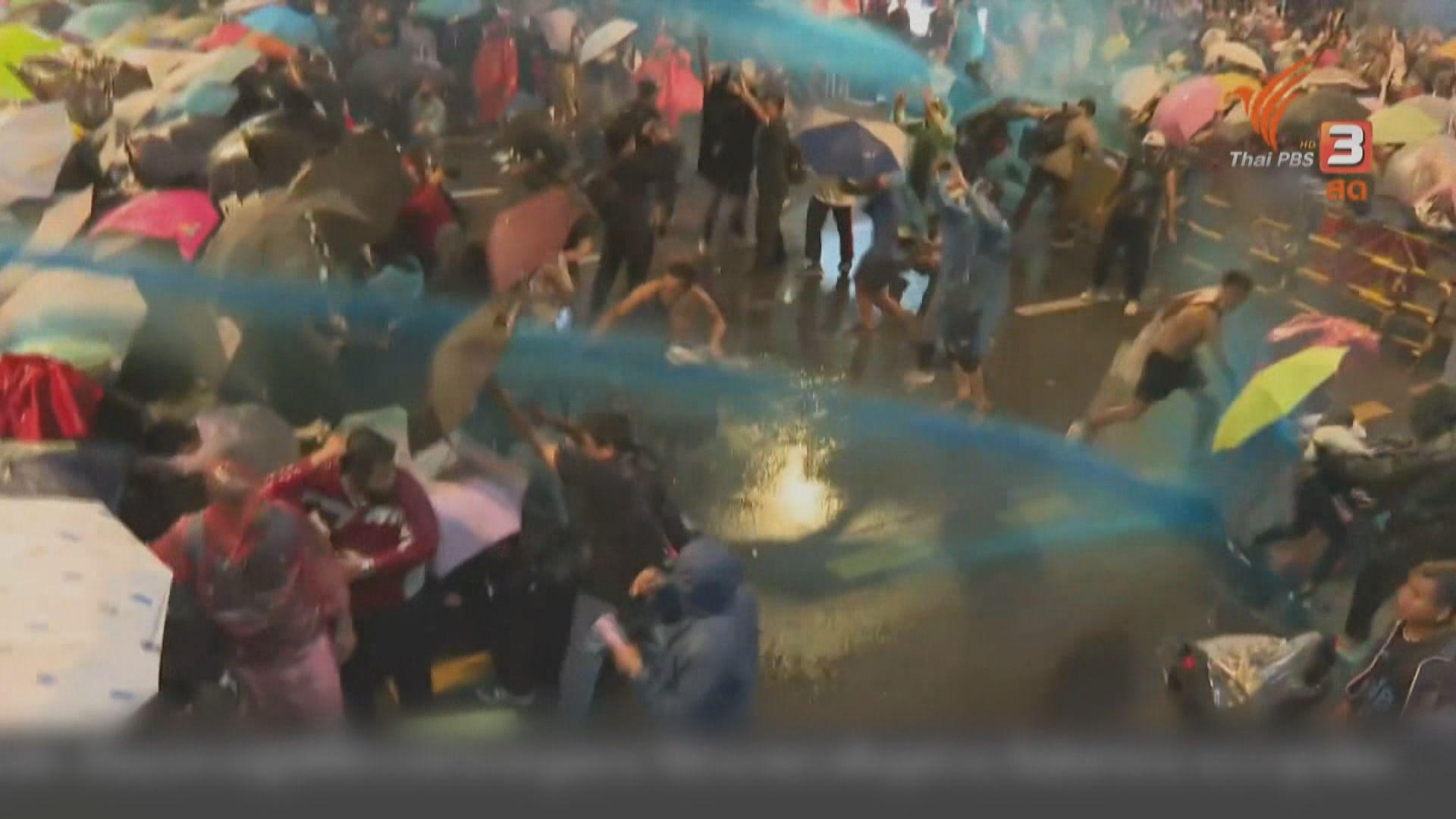 泰警出動水炮驅示威者 泰王:國家需要愛國愛君主人士