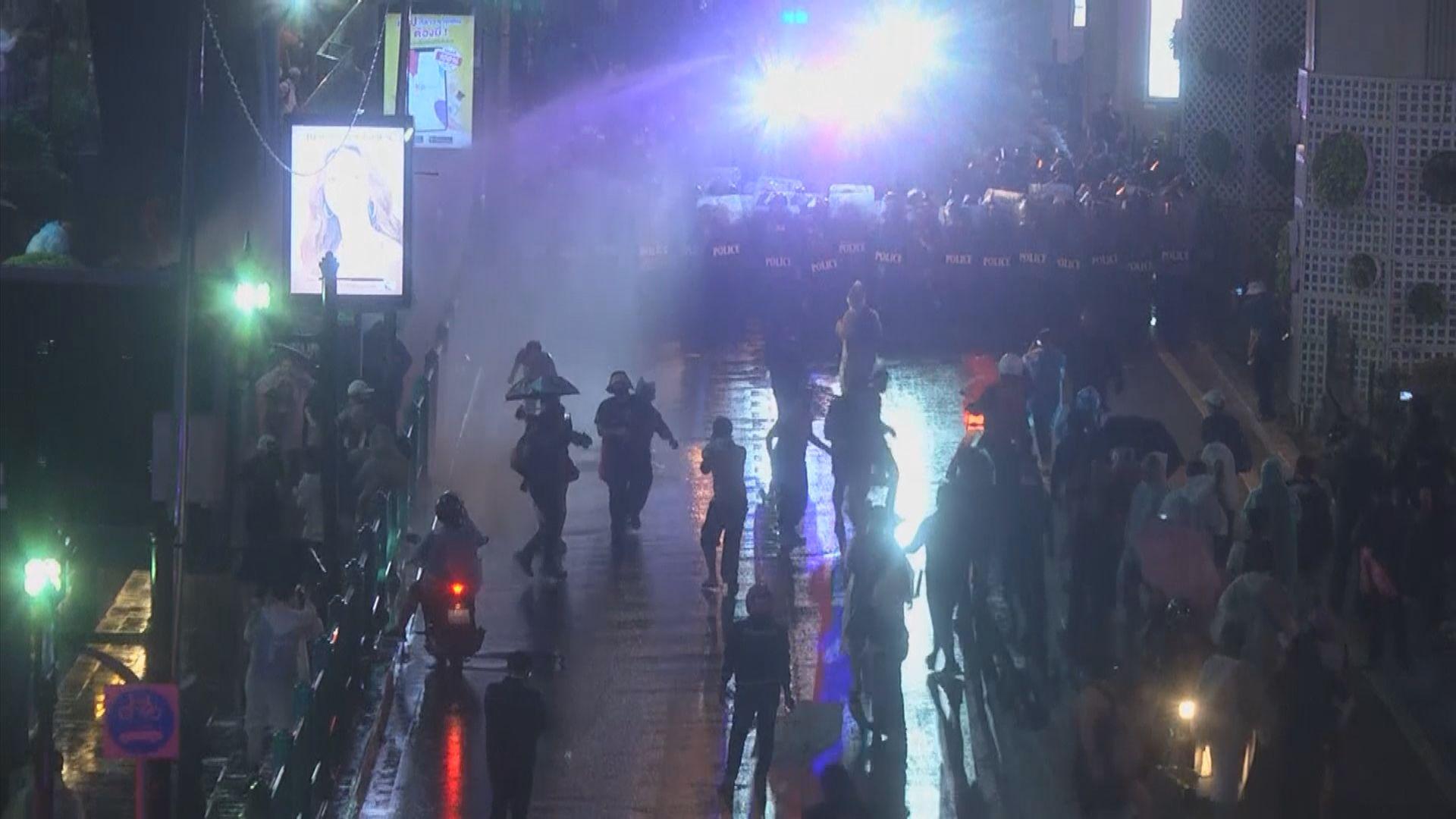 泰國示威領袖號召民眾下午再上街 12示威領袖被通緝