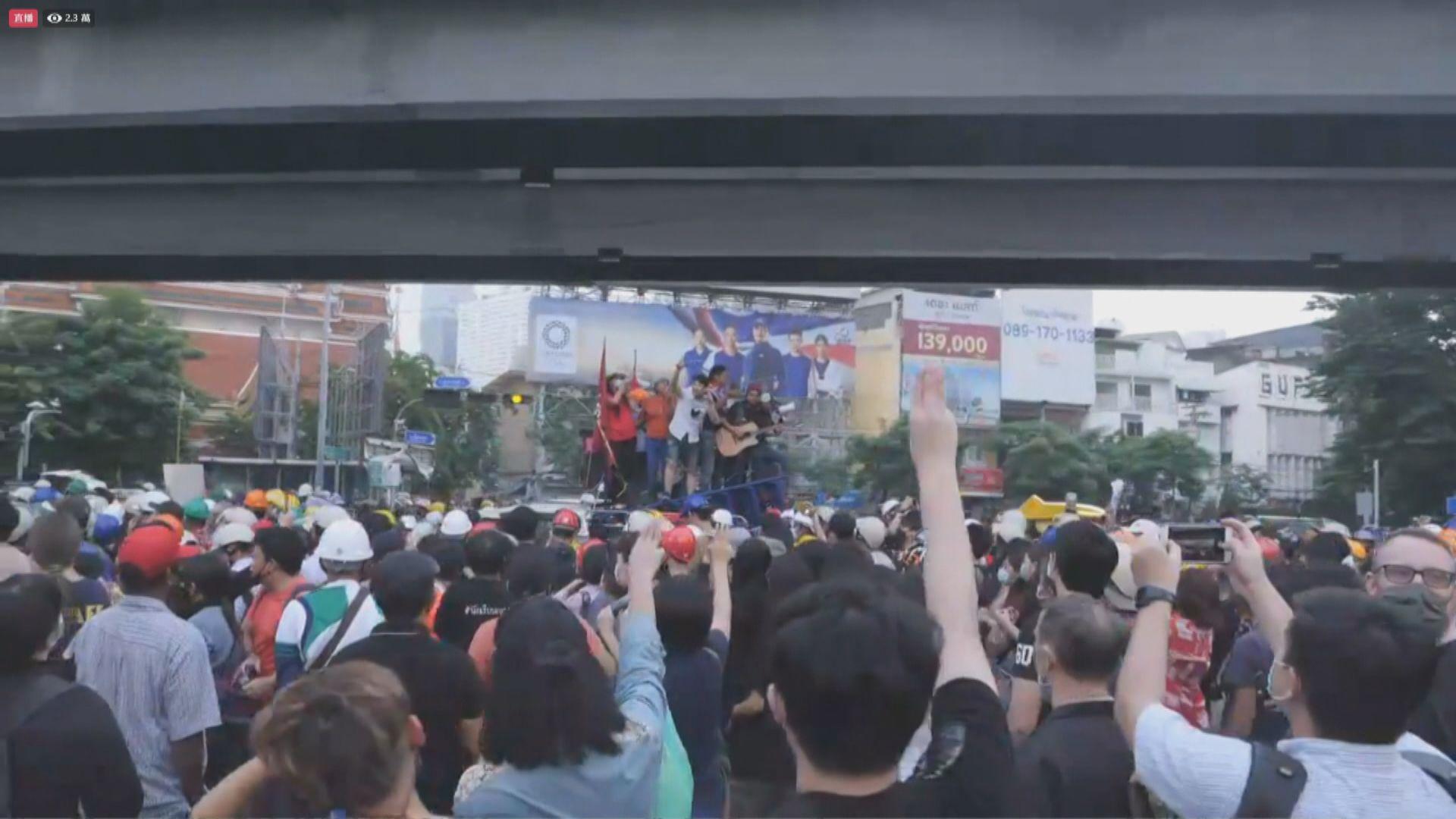 泰國反政府示威者遊行到德國大使館遞交請願信