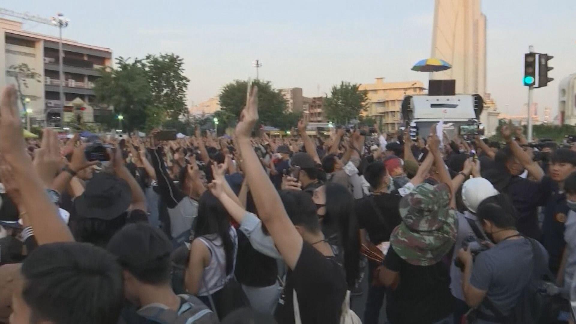 泰國示威者背對王室車隊以示抗議