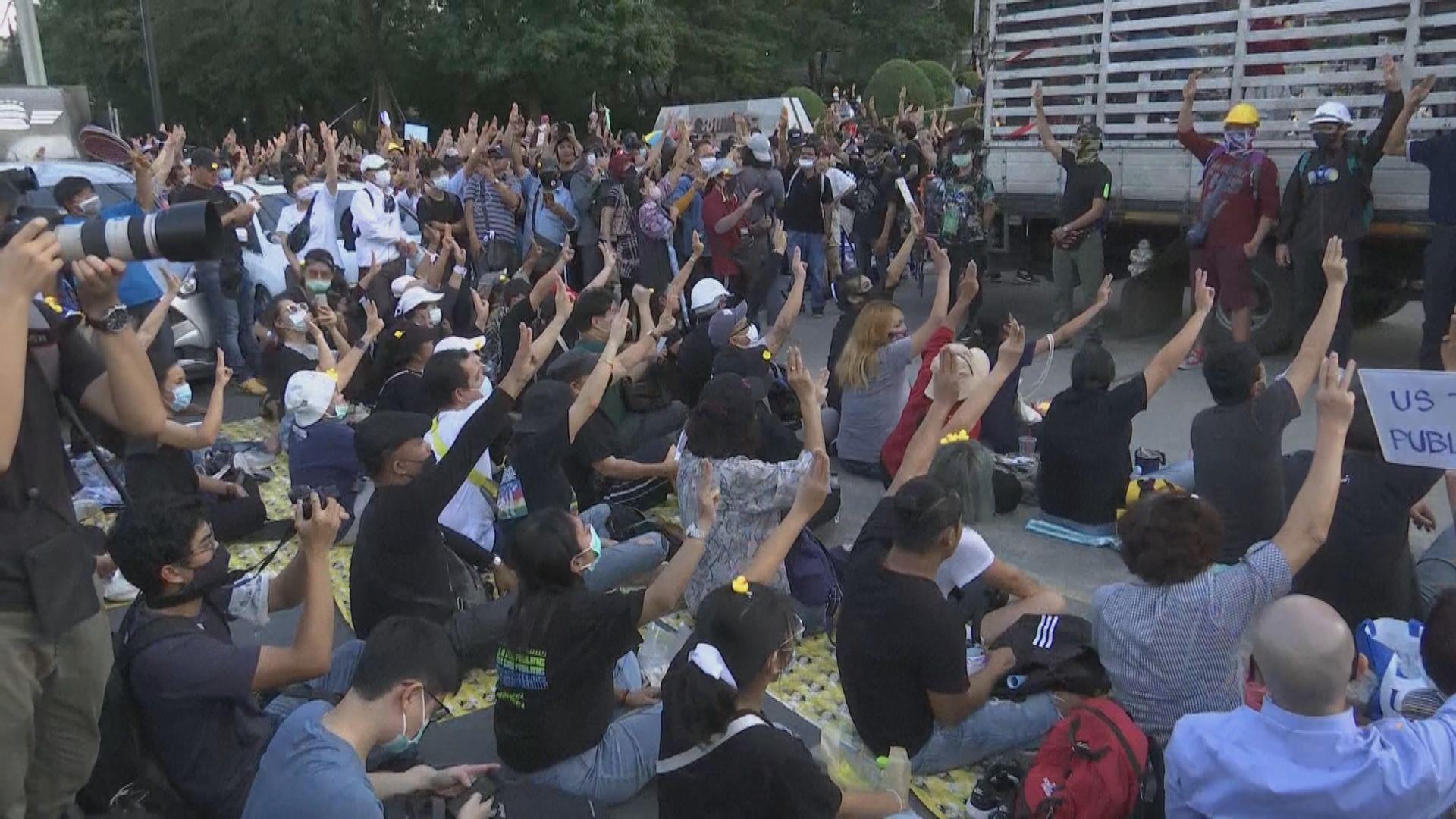 示威者在泰國匯商銀行總部外集會