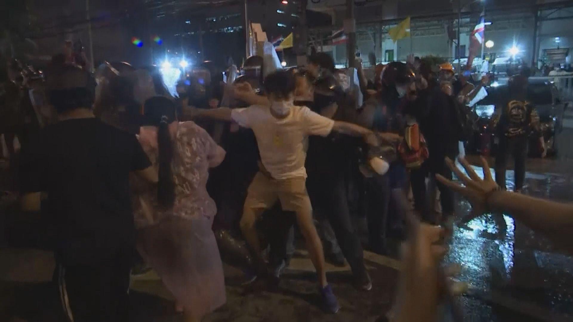 曼谷再有示威促泰王放棄兵權