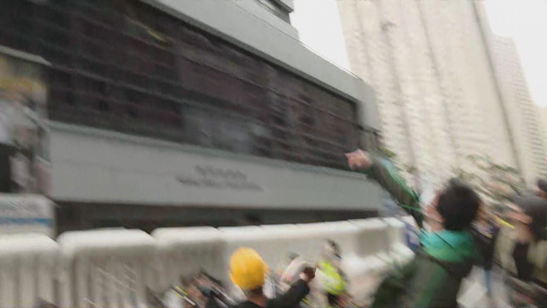 【將軍澳遊行】遊行期間示威者拆除鐵欄架設路障