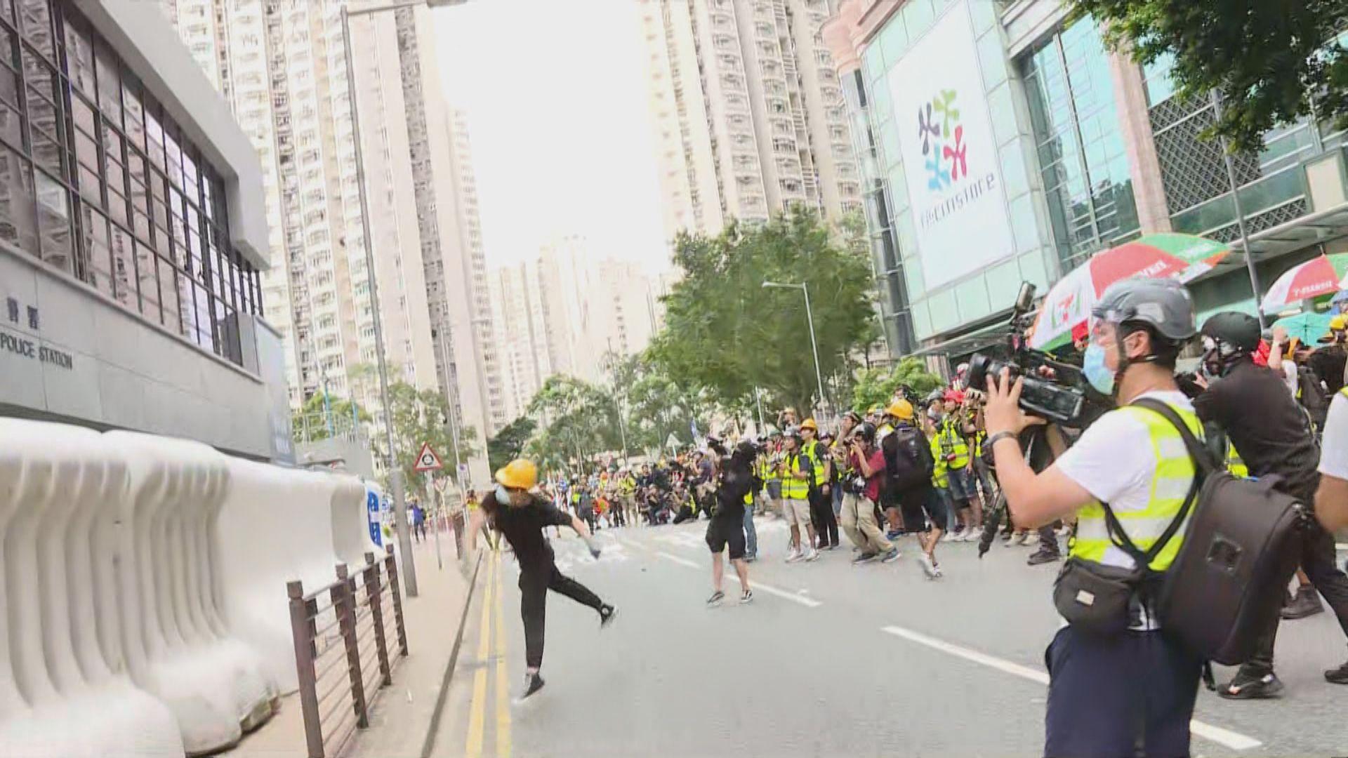 【將軍澳遊行】數百名示威者包圍將軍澳警署