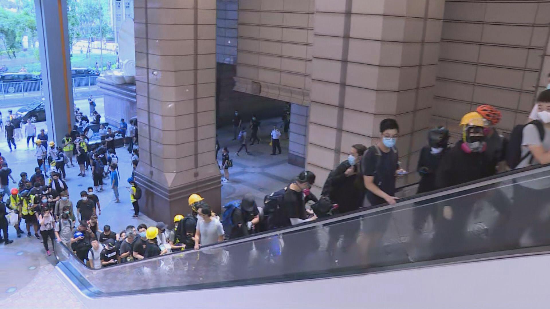【將軍澳遊行】示威者向警署擲磚 將軍澳警署警方發清場警告 示威者隨即散去