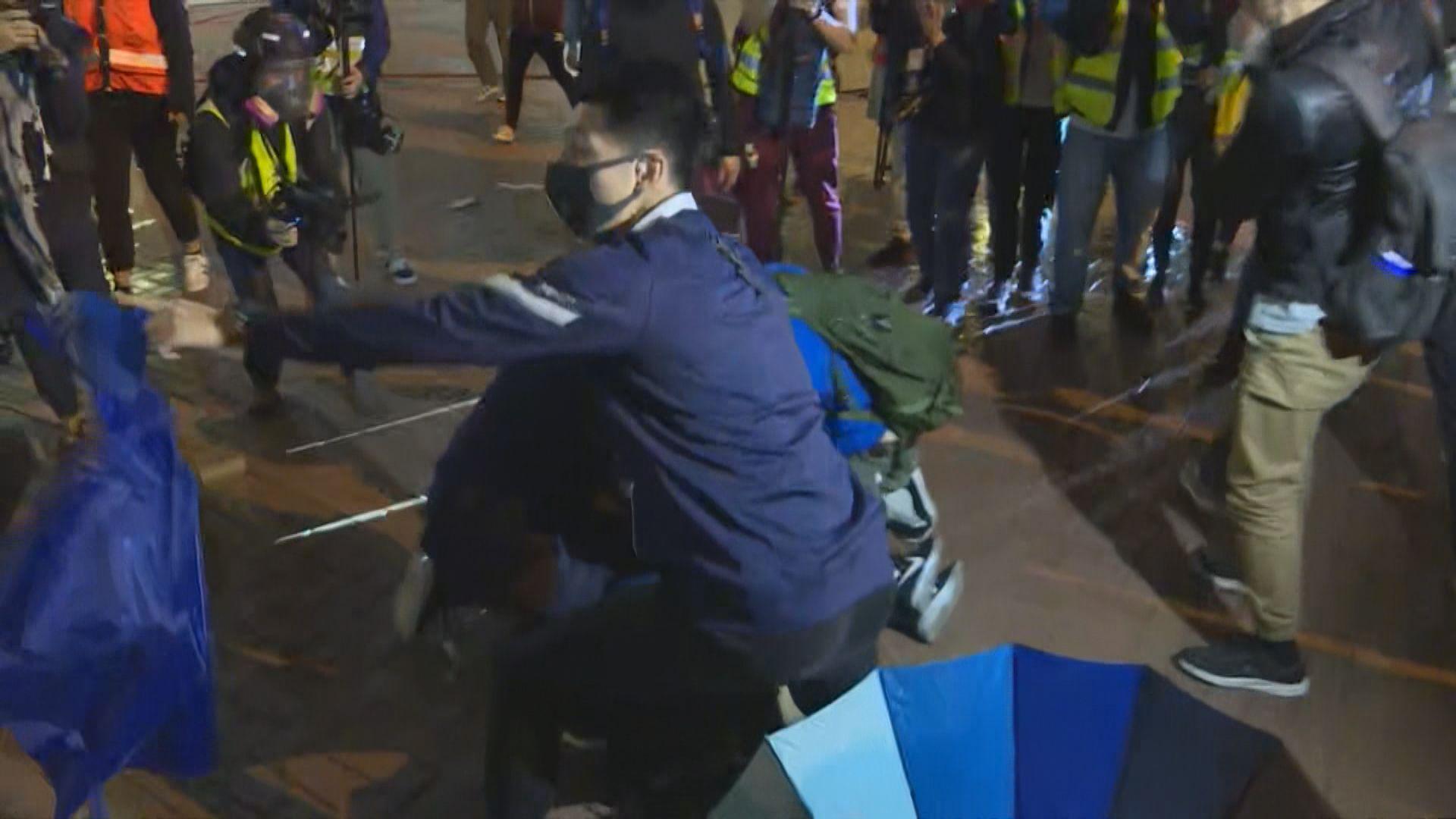 悼念周梓樂後有示威者堵路 警施催淚水劑制服多人