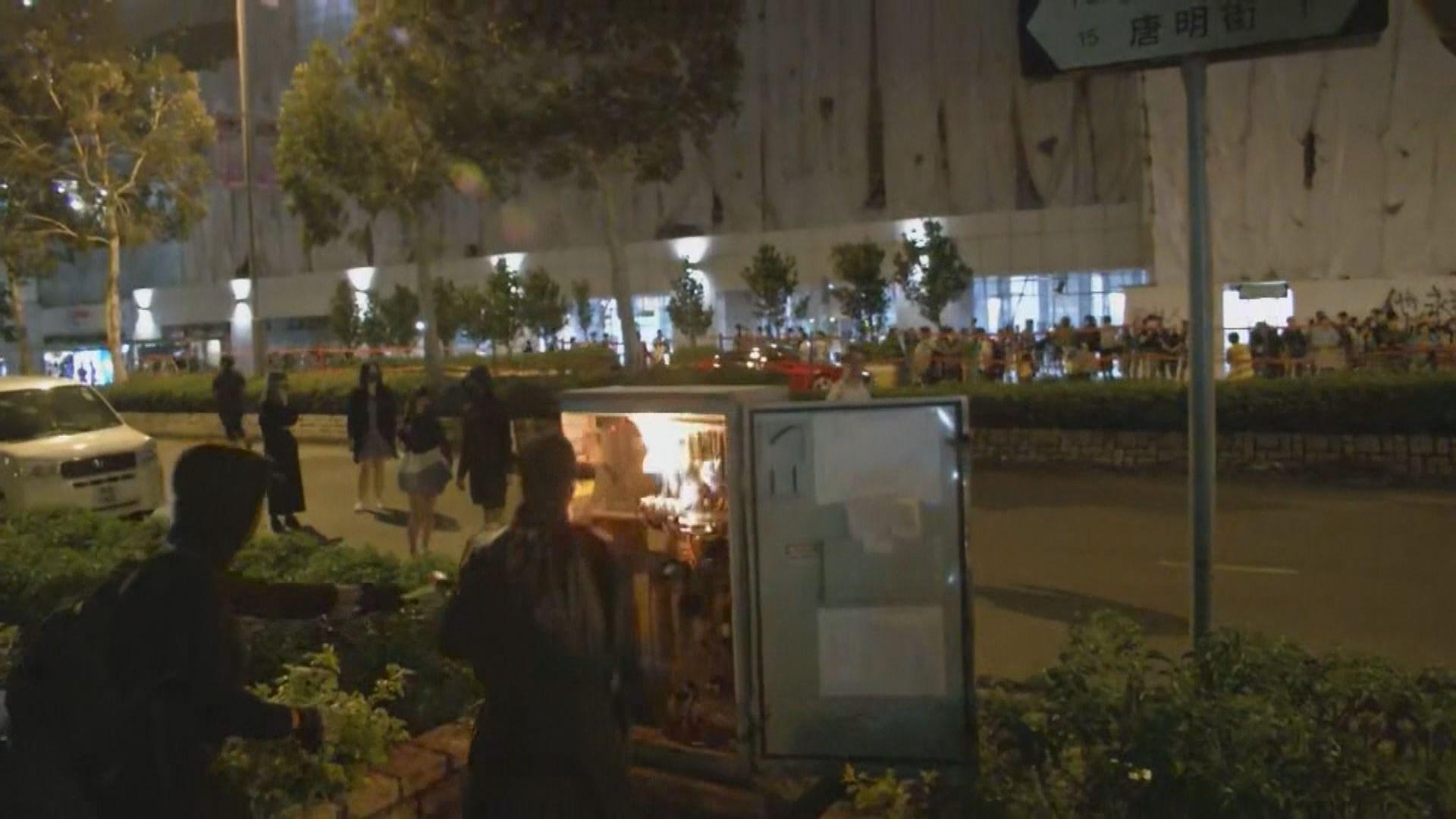將軍澳近尚德邨有人堵路 路旁電箱被焚毀