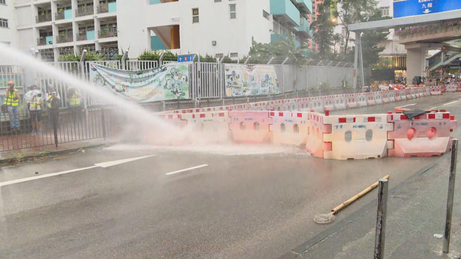 警方首次使用水炮車移除路障