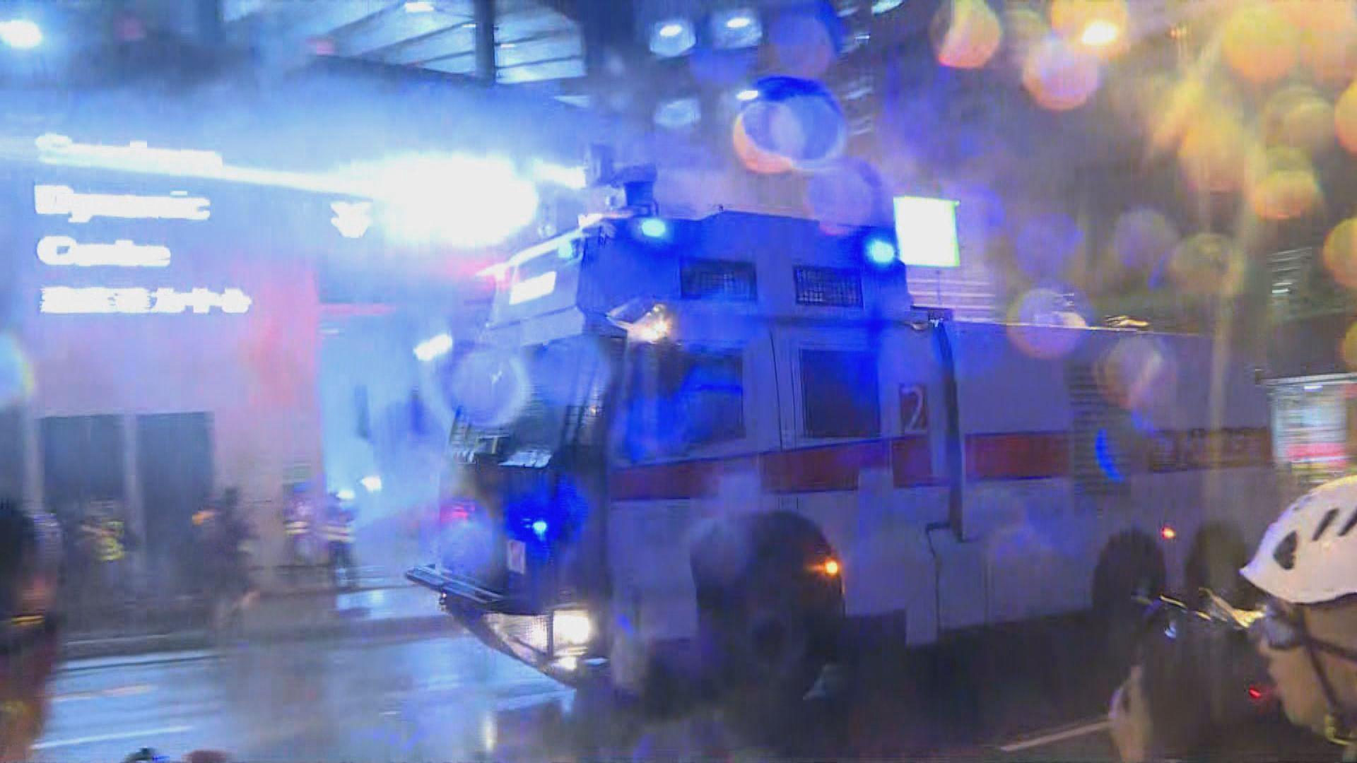 警方入夜後再出動水炮車驅散示威者
