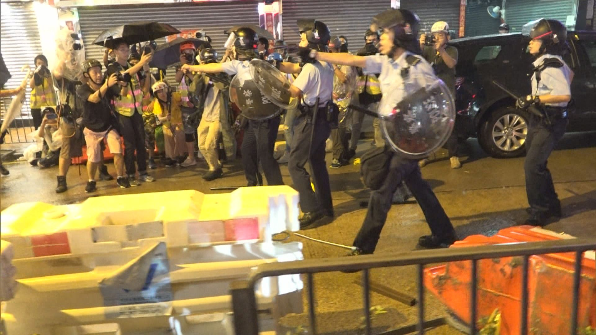 荃灣衝突警員向天開槍示警 全日36人被捕15警傷