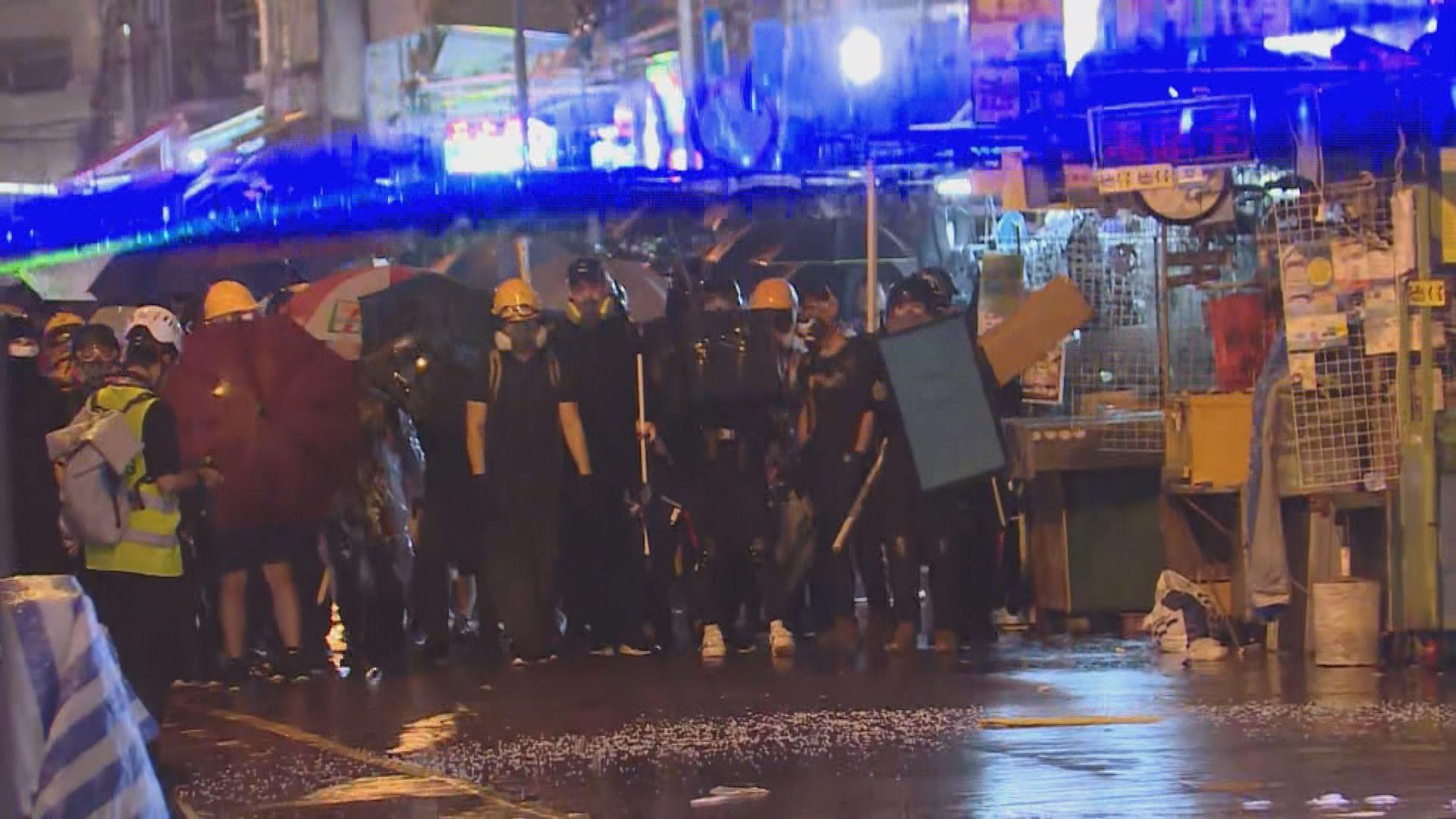 深水埗警署有示威者聚集