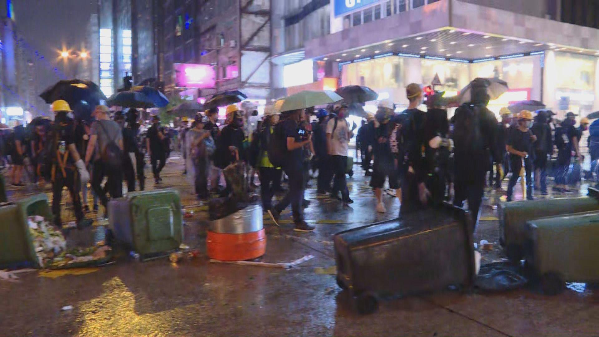 有示威者到尖沙咀堵塞彌敦道