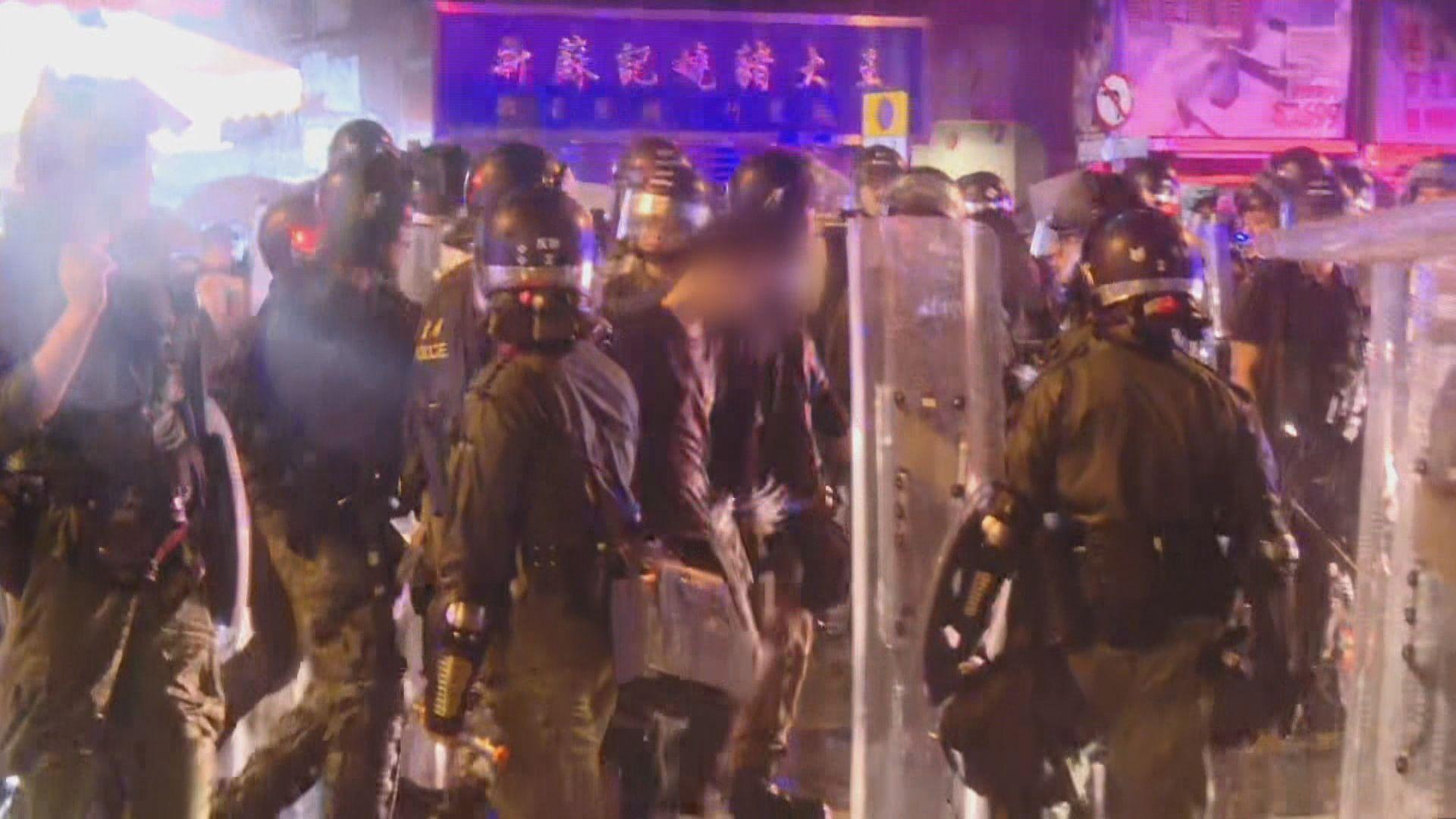 深水埗警署有示威者聚集 防暴警拘捕示威者