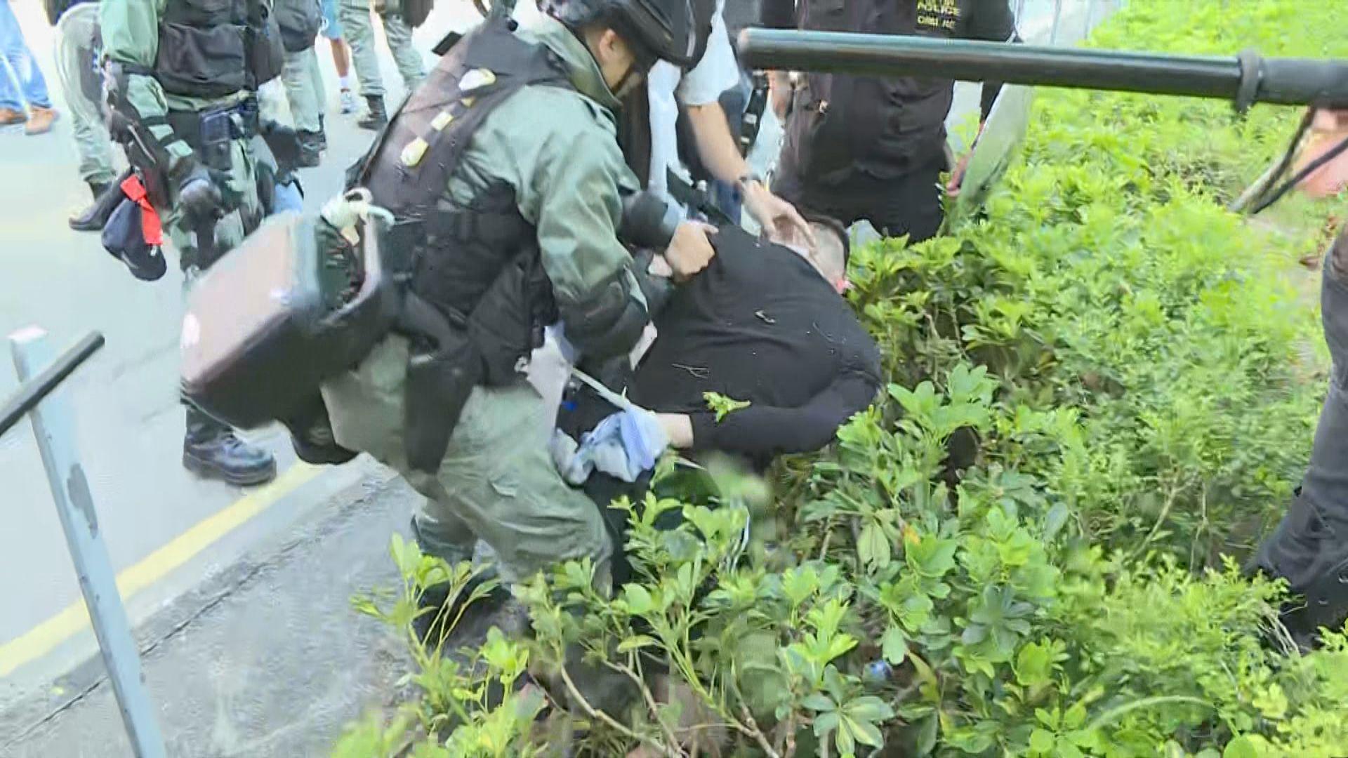 警方在屯門驅散示威者制服多人