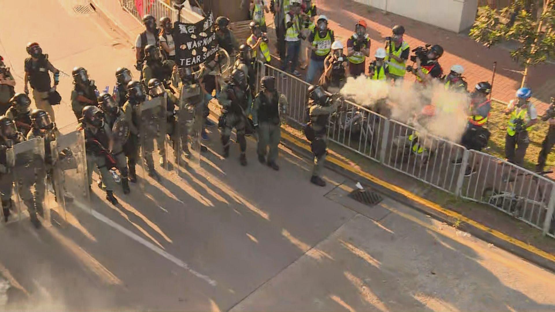 警開橡膠彈海綿彈及以催淚彈驅散屯門示威者