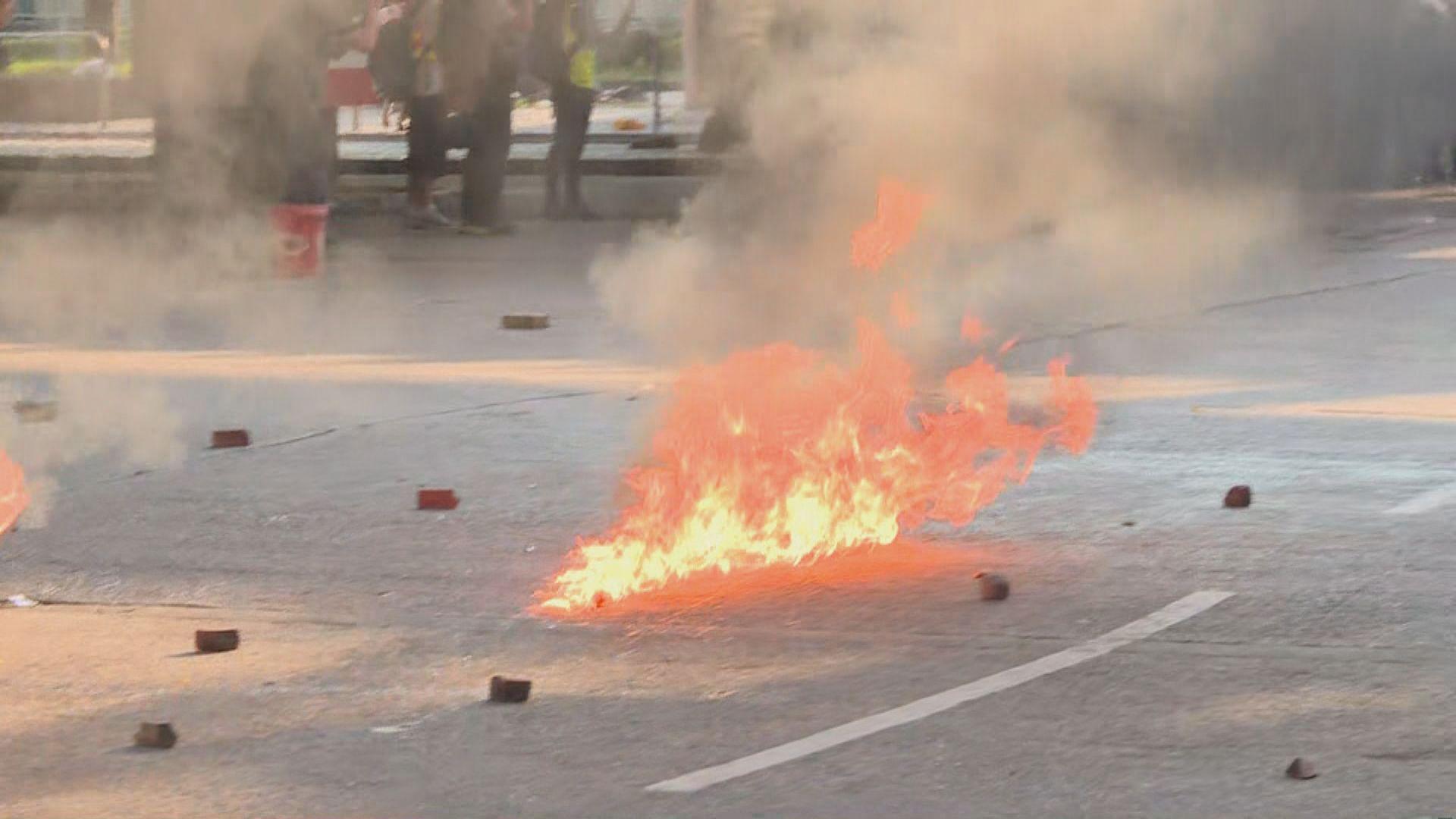 屯門遊行 部分示威者投擲汽油彈破壞輕鐵站